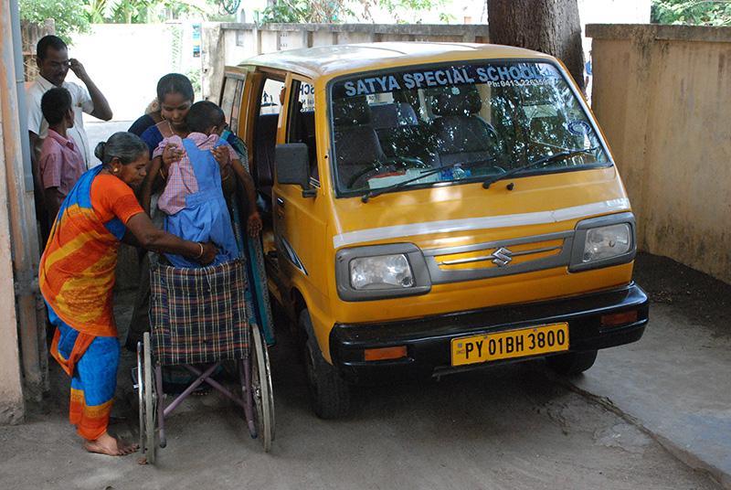 Arrivée des enfants que les 2 bus de Satya vont chercher chez eux.